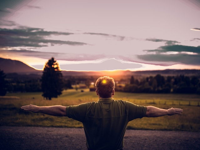 Man som blickar mot solnedgången
